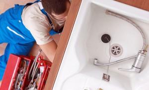 un professionnel de la plomberie au travail