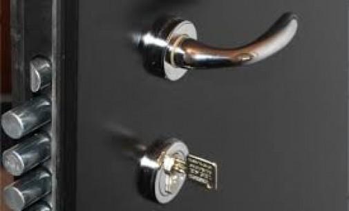 Raffermir la protection de maison avec les portes blindées